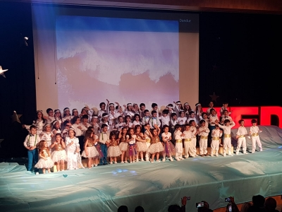 Ana sınıfıöğrencileri yılsonu gösterileriyle herkesi büyüledi. (Kindergarten students fascinated everyone with their end of the year show)