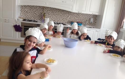 ANA SINIFI ÖĞRENCİLERİ İNGİLİZCE TARİF İLE MEYVE SALATASI YAPTI(Kindergarten Students Made Fruit Salad With English Recipe)